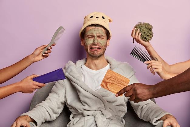 L'uomo che piange frustrato si sente stanco dei trattamenti di bellezza, ha varie procedure cosmetiche