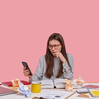 실망한 불쾌한 여성은 wi-fi에 연결된 인터넷 웹 사이트에서 부정적인 뉴스를 읽고 비즈니스에서 새로운 전략을 개발 중입니다.