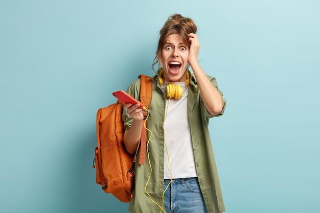 La femmina caucasica emotiva frustrata urla disperatamente, ha una cattiva connessione a internet, non può effettuare videochiamate