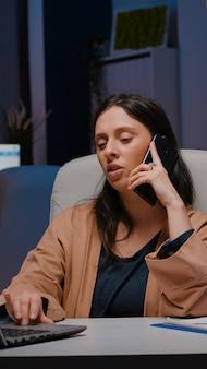 欲求不満のエグゼクティブマネージャーは、smartphを使用して会社の起業家とマーケティング戦略を交渉します...