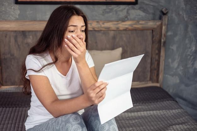 欲求不満の少女と書類