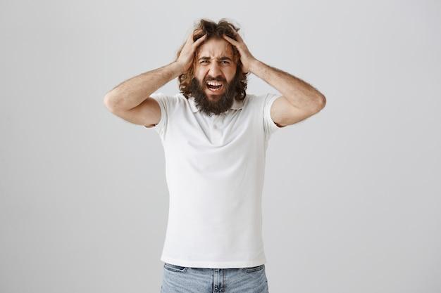 イライラした中東の男が叫び、苦しんでいるように見える
