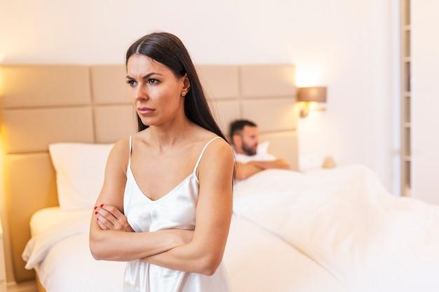 좌절 한 슬픈 여자 친구가 침대에 앉아 관계 문제를 생각하고, 화가 난 연인은 이별을 고려