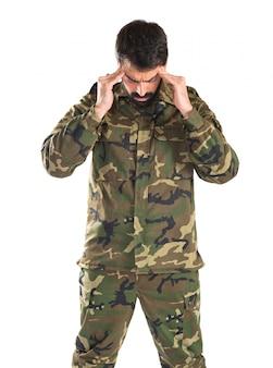 Разочарованный солдат на белом фоне