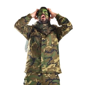 Soldato frustrato su sfondo bianco