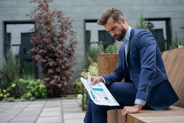 Разочарованный, подчеркнутый менеджер пропустил срок увольнения с работы кризисная бизнес-концепция провала