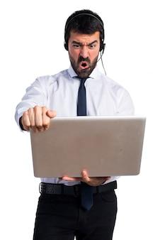 Telemarketer frustrato uomo