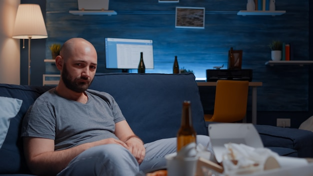 Uomo depresso sconvolto frustrato perso in pensieri psicotici