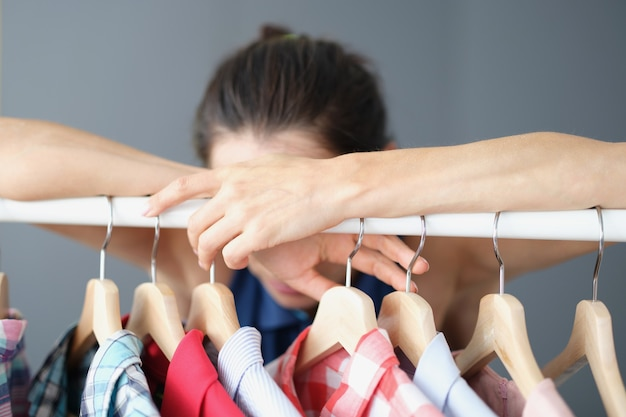 좌절하는 여성은 옷장에서 옷을 고를 수 없으며 이미지 변화와 옷 선택