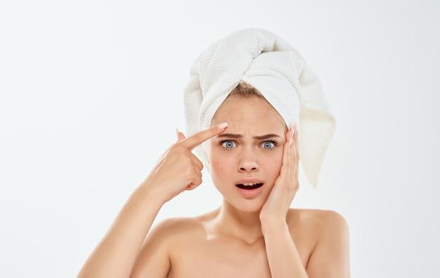 그녀의 머리 맨 손으로 어깨에 손과 수건으로 몸짓 좌절 된 여자.