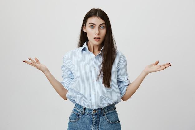 Donna frustrata che scrolla le spalle e sembra infastidita