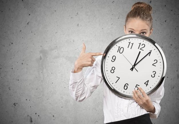 目覚まし時計を持っている欲求不満の青年実業家