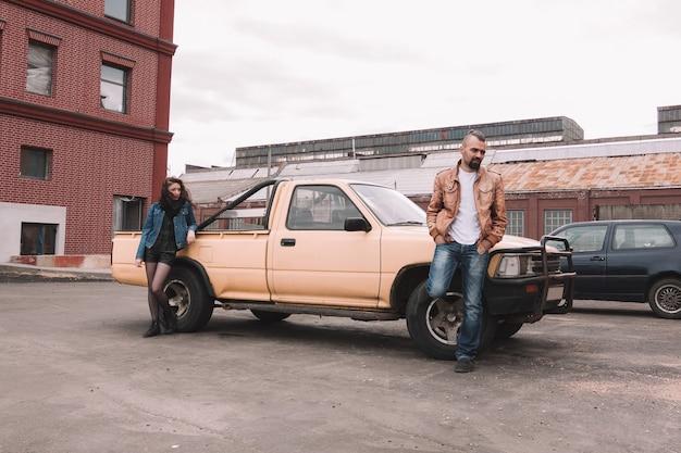 그들의 차 근처에 서 좌절 된 젊은 부부. 관계의 개념