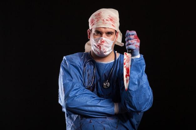 Разочарованный молодой врач серьезно смотрит в камеру. человек, одетый как сумасшедший доктор на хэллоуин.