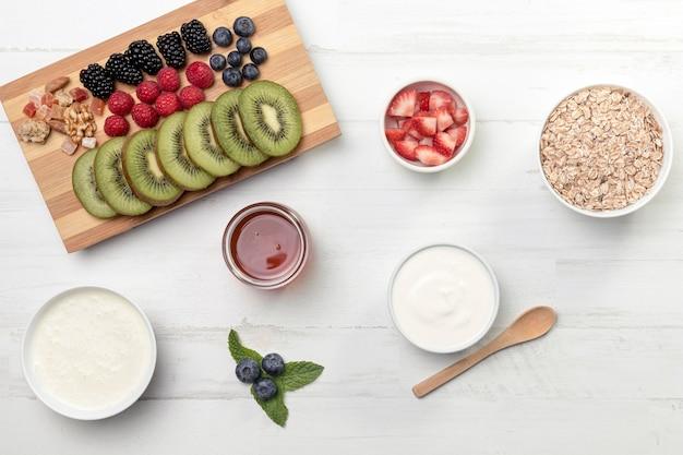 Фрукты с йогуртом и мюсли на столе