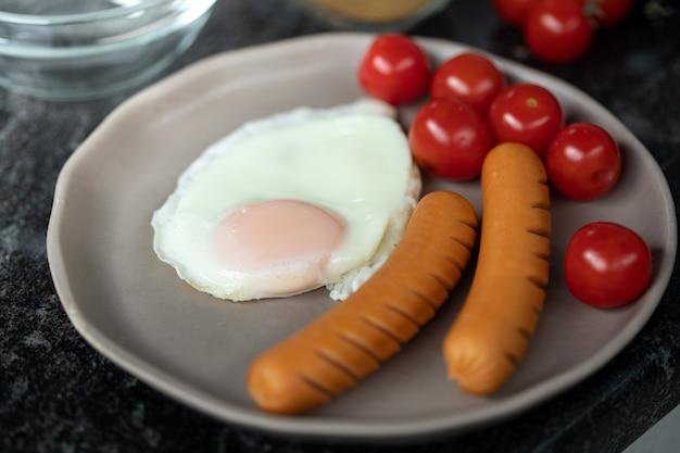 Жарить яйцо на сковороде завтрак легкое приготовление на кухне