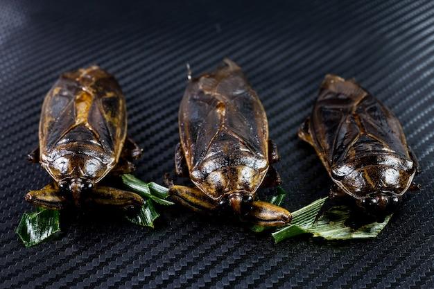 검은 배경에 물 포주 태국 스낵 음식을 튀기십시오.