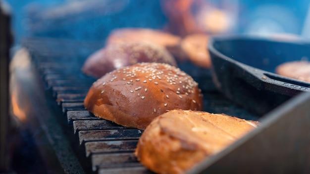그릴에 프라이팬에 햄버거 빵을 튀기십시오. 바베큐. 길거리 음식