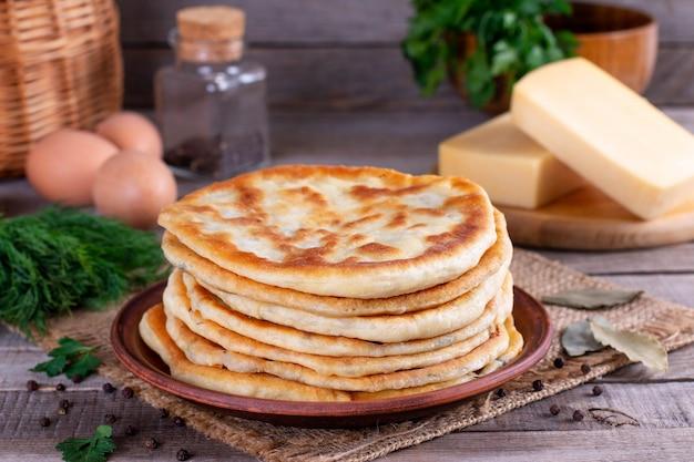 Жарка лепешек с сыром. хычины или кутаб - традиционные кавказские или азербайджанские лепешки