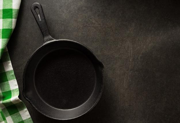 Сковорода и салфетка на черном