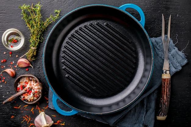 Сковорода чугунная для гриля пустая сковорода и мясная вилка приправа чеснок соль тимьян