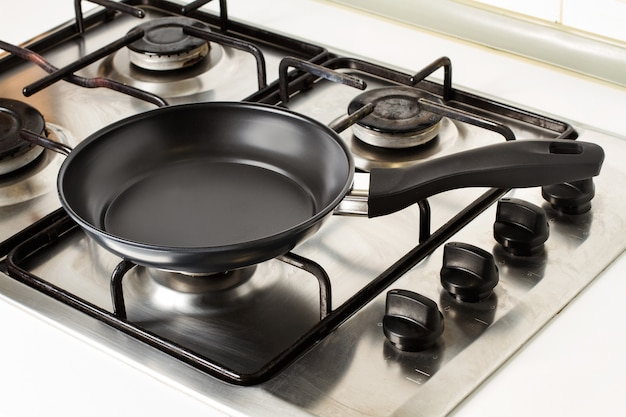 Сковорода на газовой кухне крупным планом