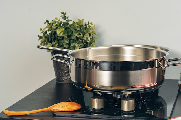 Сковорода на газовой плите на кухне