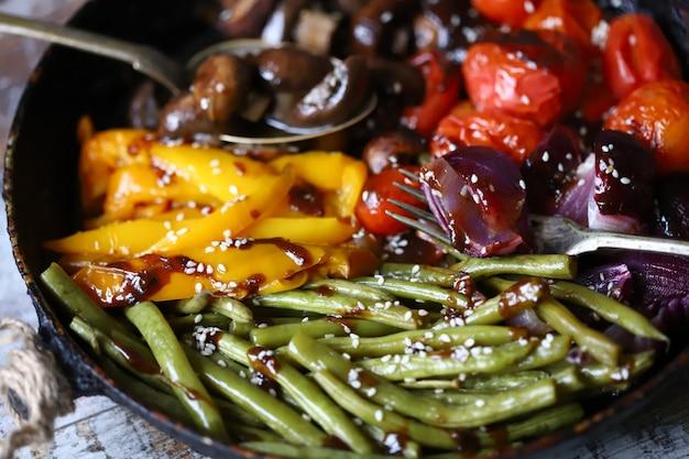 Сковорода со свежими овощами