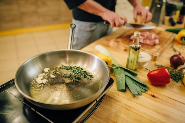 Сковорода с травами и приправами крупным планом