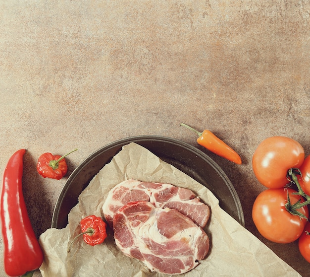 Padella con carne e le verdure crude, copyspace