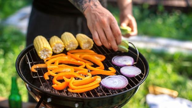 글램핑에서 그릴에 야채 튀김. 옥수수 속대, 피망, 양파, 호박