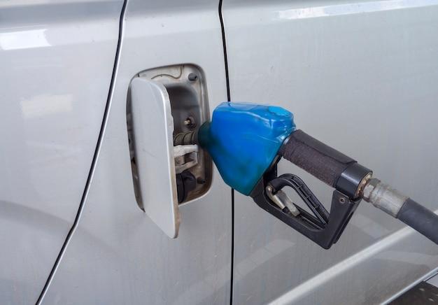 ガソリンスタンドの燃料充填材。
