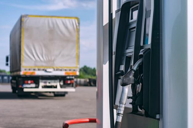 운송용 트럭의 배경에 있는 연료 주유소.