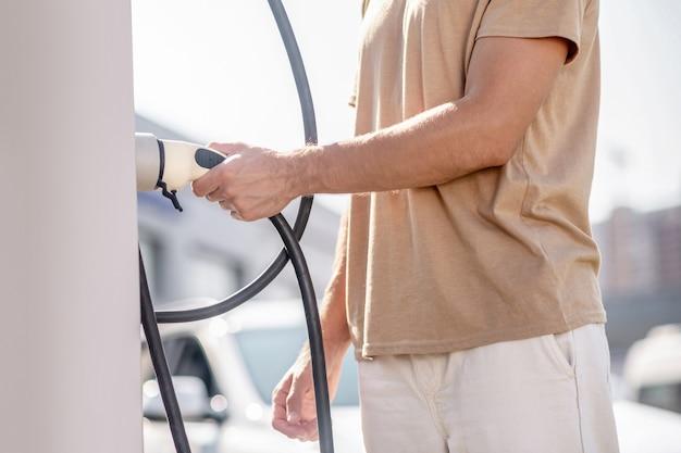 燃料ステーション。ガソリンスタンドで働くマシンマン