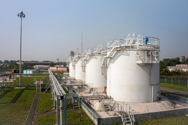 空港の給油施設の燃料貯蔵タンク