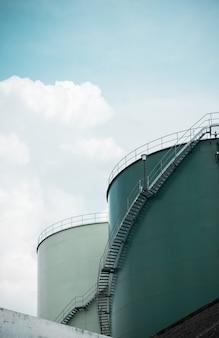 青い空に燃料タンクと工業用貯蔵所
