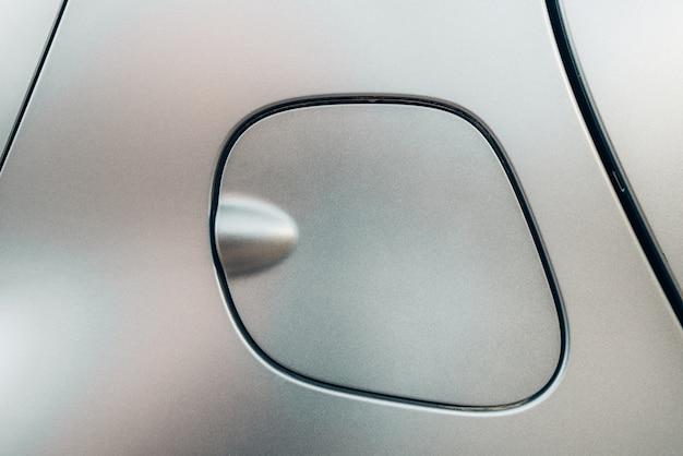 モダンなマットペイントを施した車の燃料タンクキャップ