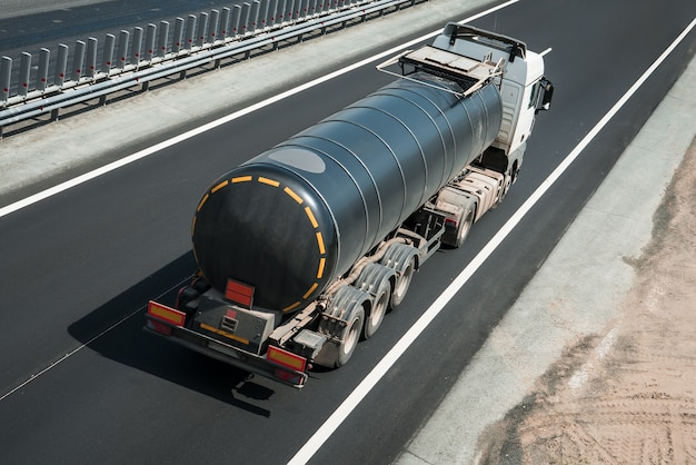 Автоцистерна на дороге на шоссе