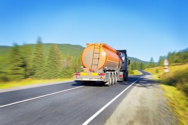 도로에 연료 유조선 트럭