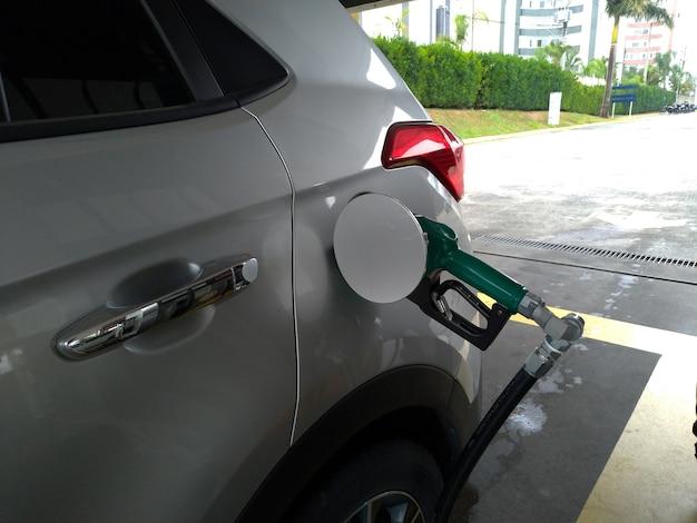 연료 에탄올과 가솔린 연료 공급 위기로 차량에 연료 공급