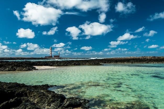 Фуэртевентура с вулканическими камнями и белым песком калета-дель-маррахо канарские острова испания