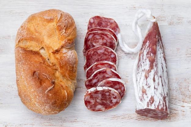 Fuet традиционная испанская тонкая вяленая колбаса с хлебом