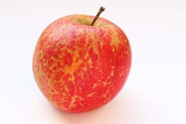 흰색 표면에 후지 사과