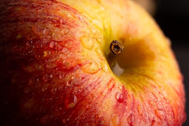 후지 갈라 사과는 신선한 물 방울과 함께 매우 가까이 본