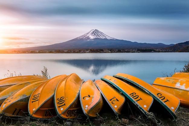 Гора фудзи и лодка на озере кавагутико, япония.