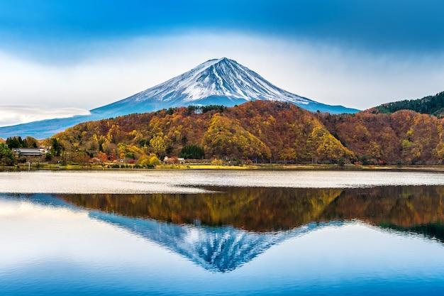 일본의 후지산과 가와구치 코 호수.