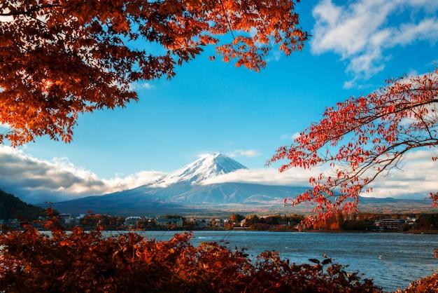 Гора фудзи в осеннем цвете, япония