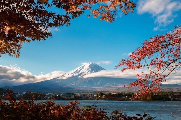 日本の秋の色の富士山