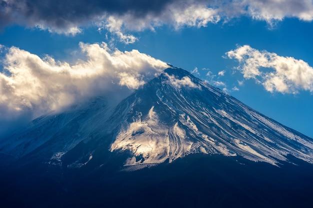 日本の富士山。暗いトーン。