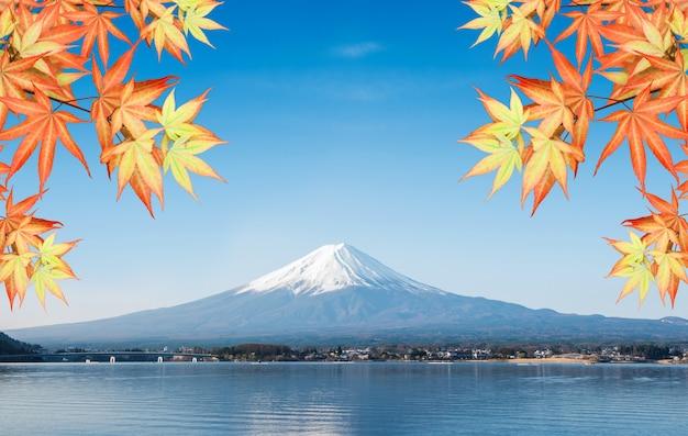 Ландшафт горы фудзи осенне-осенний сезон. путешествие и осмотр достопримечательностей японии в отпуске.